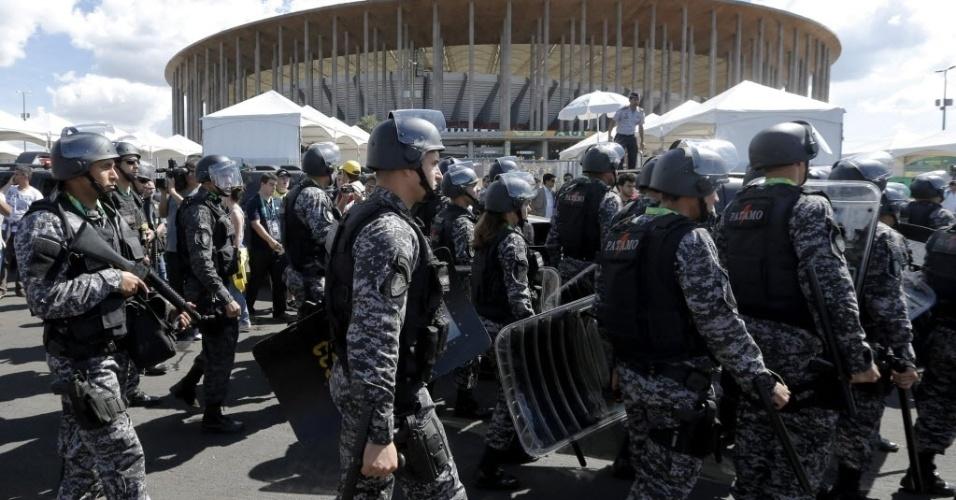 15.jun.2013 - Policiais acompanham protesto em frente ao estádio Mané Garrincha, palco de abertura da Copa das Confederações