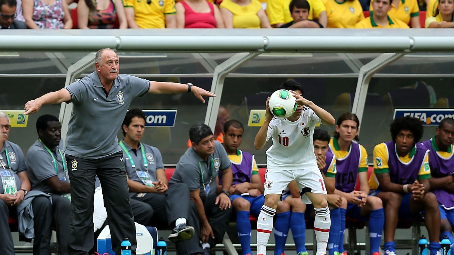 15.jun.2013 - Técnico Luiz Felipe Scolari gesticula com os jogadores da seleção durante a partida contra o Japão