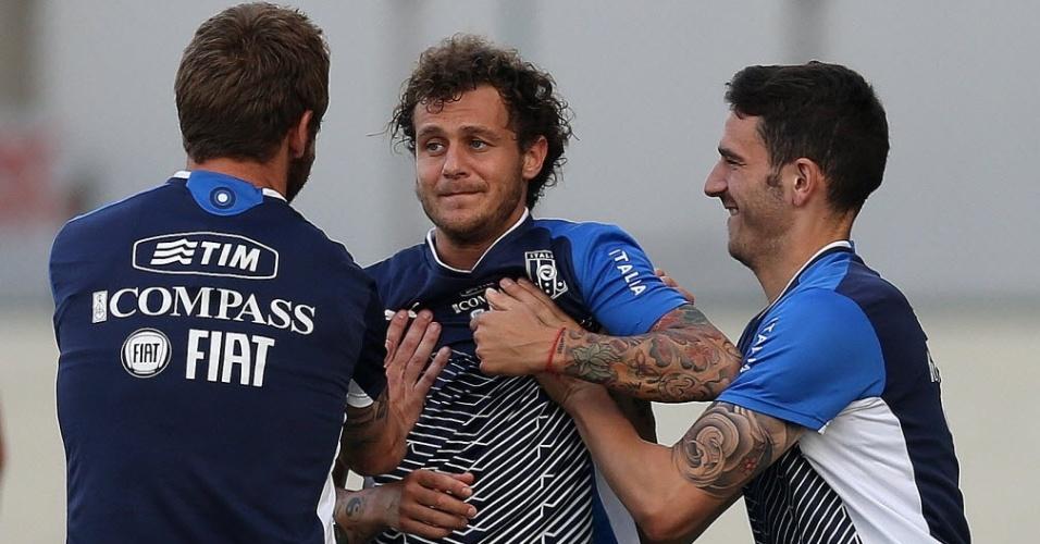 14.jun.2013 - Com braço tatuados, Alessandro Diamanti (centro) brinca com companheiros durante treino da Itália no Rio de Janeiro