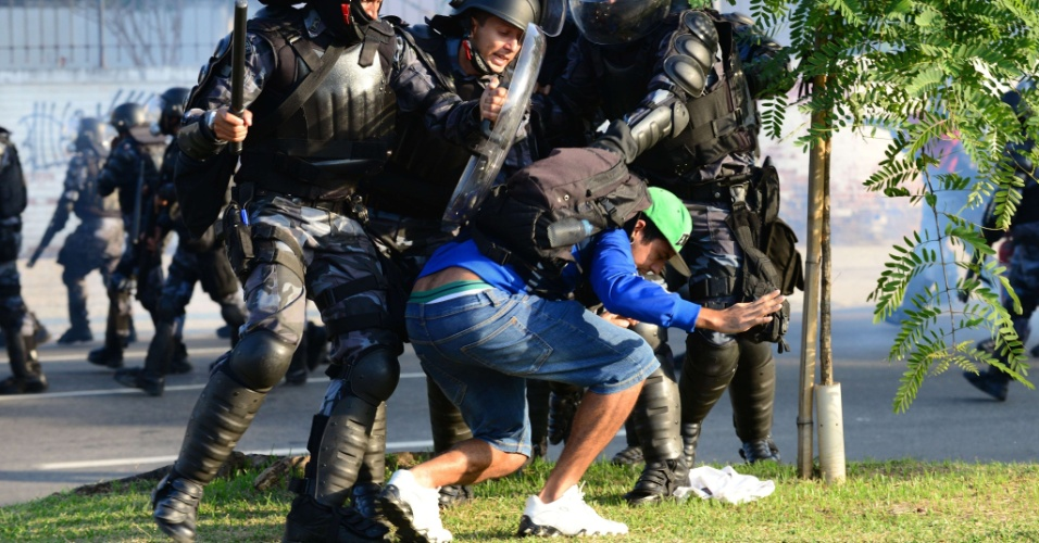 14.jun.2013 - Polícia tenta prender manifestante durante protesto no Maracanã