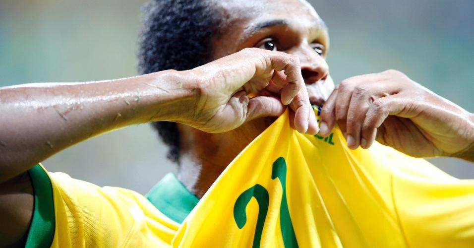 15.jun.2013 - Jô beija o escudo da CBF após marcar o terceiro gol do Brasil na vitória por 3 a 0 sobre o Japão na estreia da Copa das Confederações