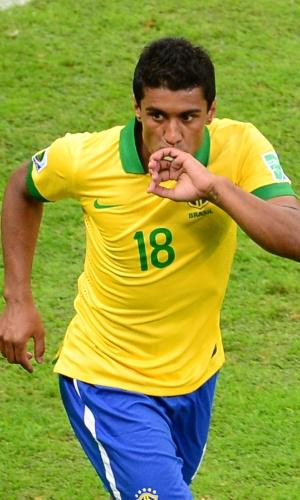 15.jun.2013 - Paulinho beija aliança após marcar o segundo gol do Brasil na vitória por 3 a 0 sobre o Japão na estreia da Copa das Confederações