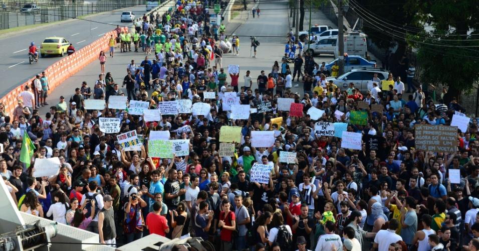 16.jun.2013 - Manifestantes tomam as ruas do Rio de Janeiro para protesto no Maracanã