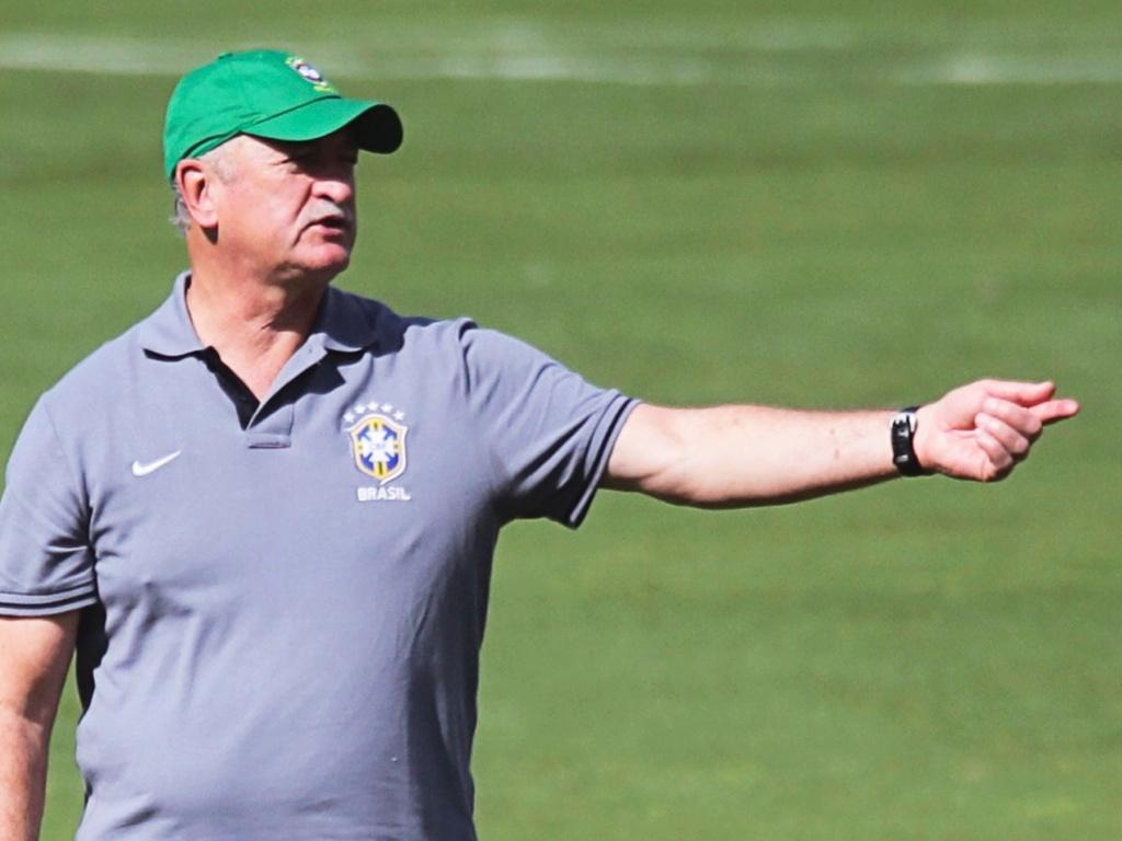 16.jun.2013 - Técnico Luiz Felipe Scolari gesticula com os jogadores durante treino da seleção