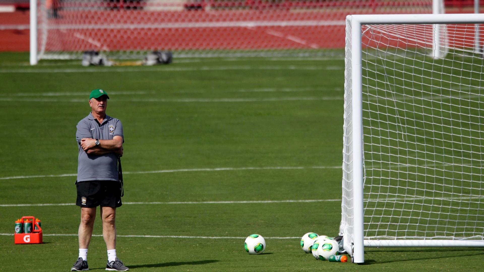 16.jun.2013 - Técnico Luiz Felipe Scolari observa o treinamento da seleção brasileira