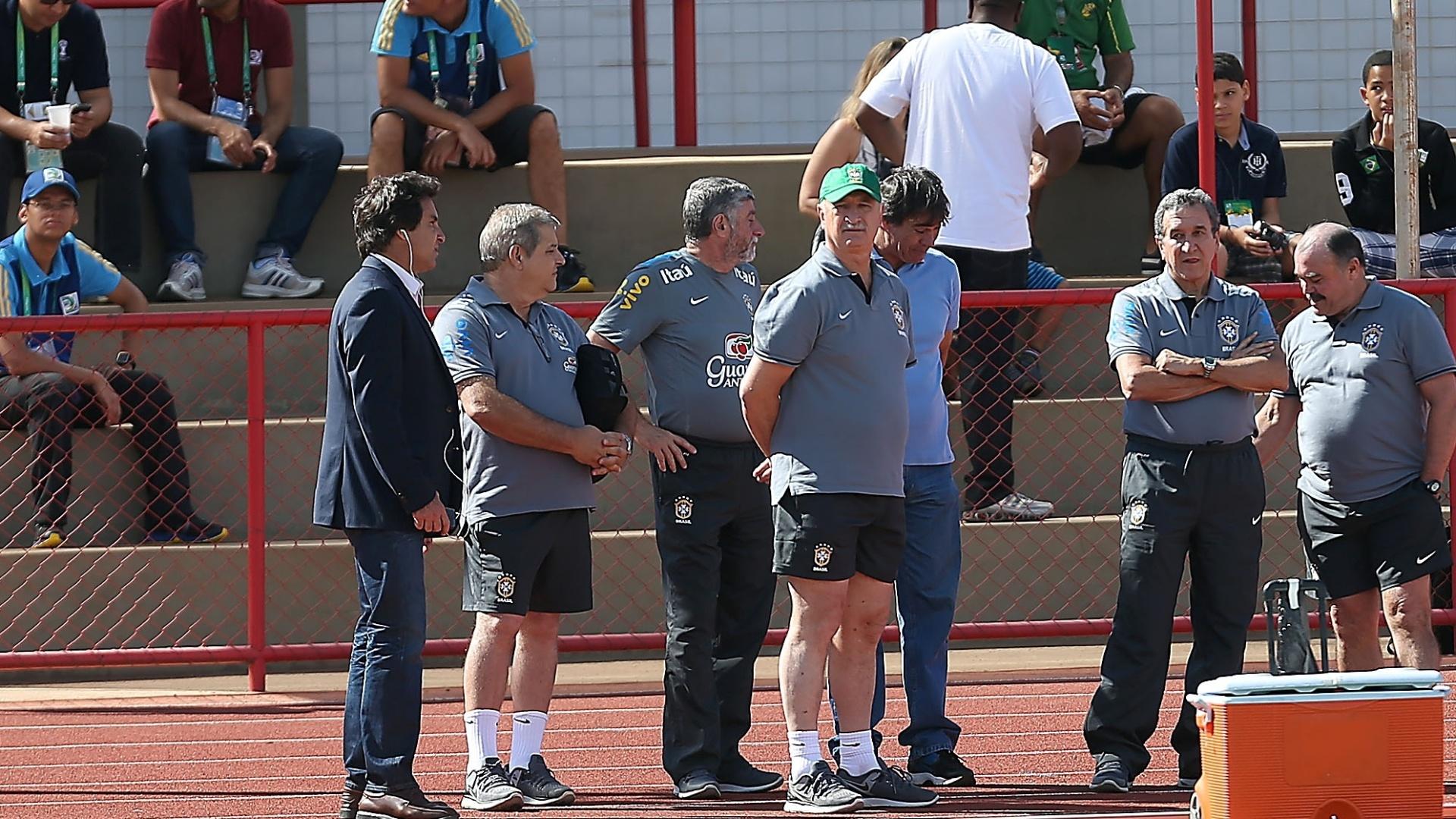 16.jun.2013 - Felipão é cercado por membros da comissão técnica da seleção brasileira em Brasília
