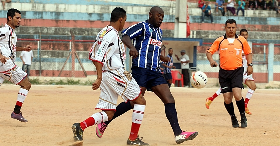 Série B: Paraíba (de branco), de Heliópolis, venceu o Detroit, da Cidade Tiradentes, por 2 a 1. O resultado classificou o Paraíba e eliminou o Detroit