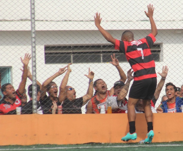 Torcida do Flamengo, da Vila Maria, comemora gol de Eberton Malvino na vitória sobre o Nove de Julho, da Casa Verde. Os dois times se classificaram