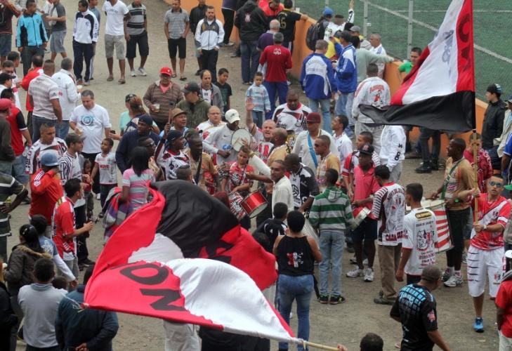 Torcida do Nove de Julho chega ao Cecília Meireles, local do duelo contra o Flamengo, da Vila Maria