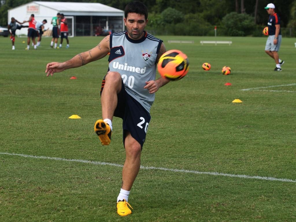 18.jun.2013 - Deco brinca com a bola durante treinamento do Fluminense em Orlando, nos Estados Unidos
