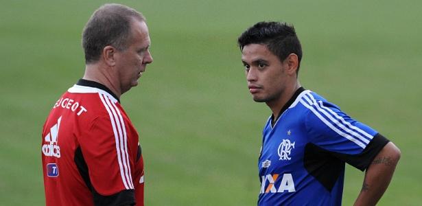 Mano Menezes costuma conversar bastante nos treinamentos do Flamengo com o meia Carlos Eduardo
