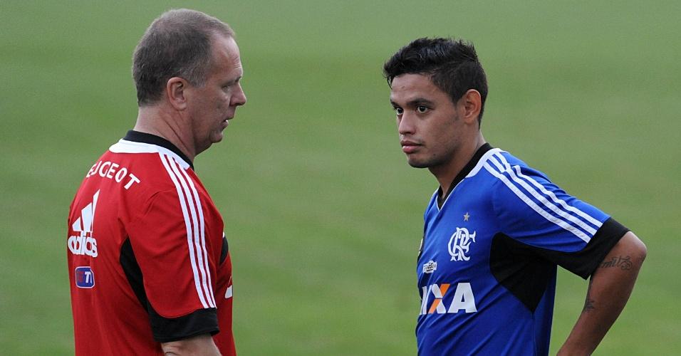 18.jun.2013 - Em seu primeiro treino no comando do Flamengo, Mano Menezes conversa com Carlos Eduardo