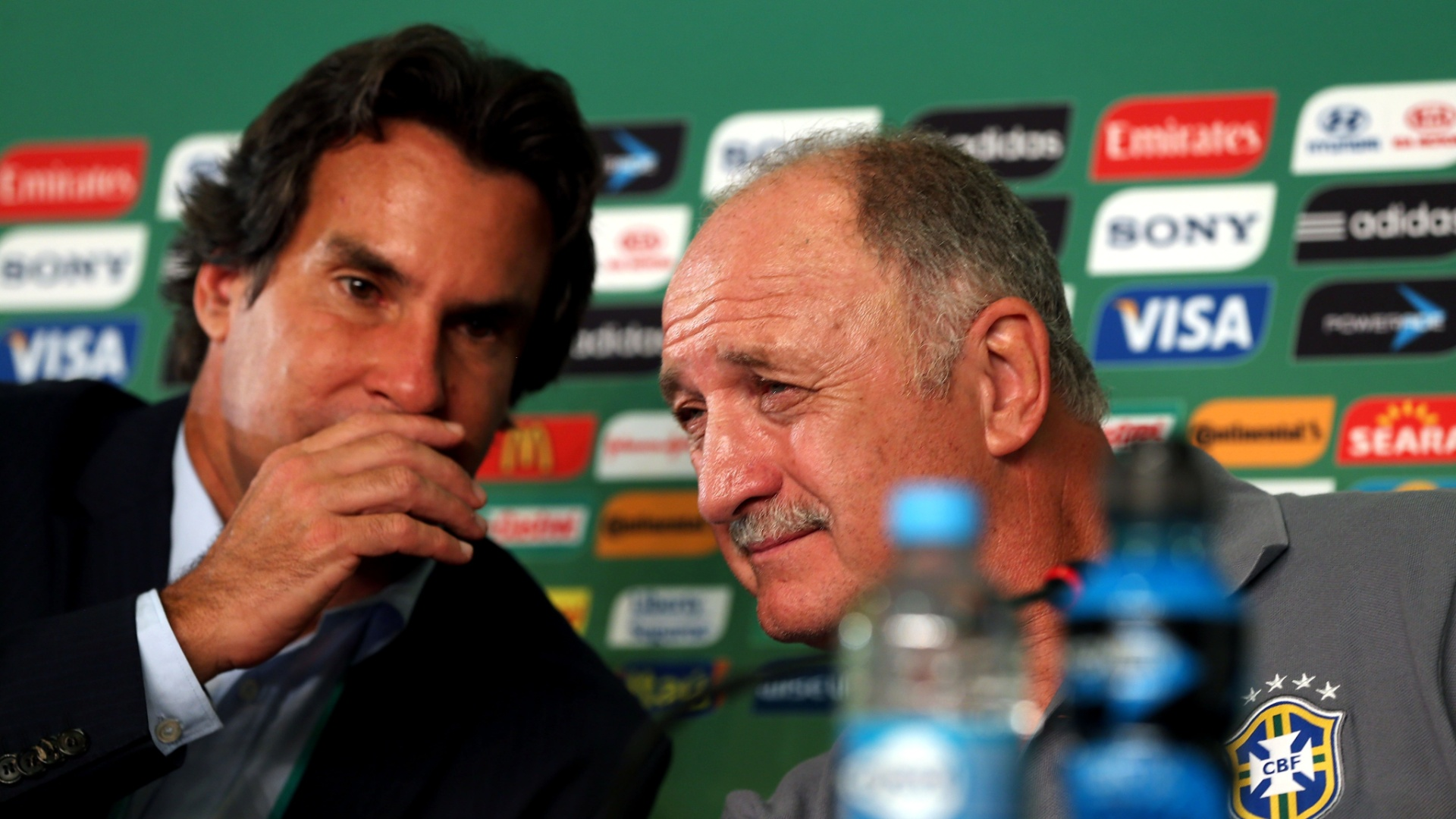 18.jun.2013 - Técnico Luiz Felipe Scolari conversa com o assessor de imprensa da CBF Rodrigo Paiva