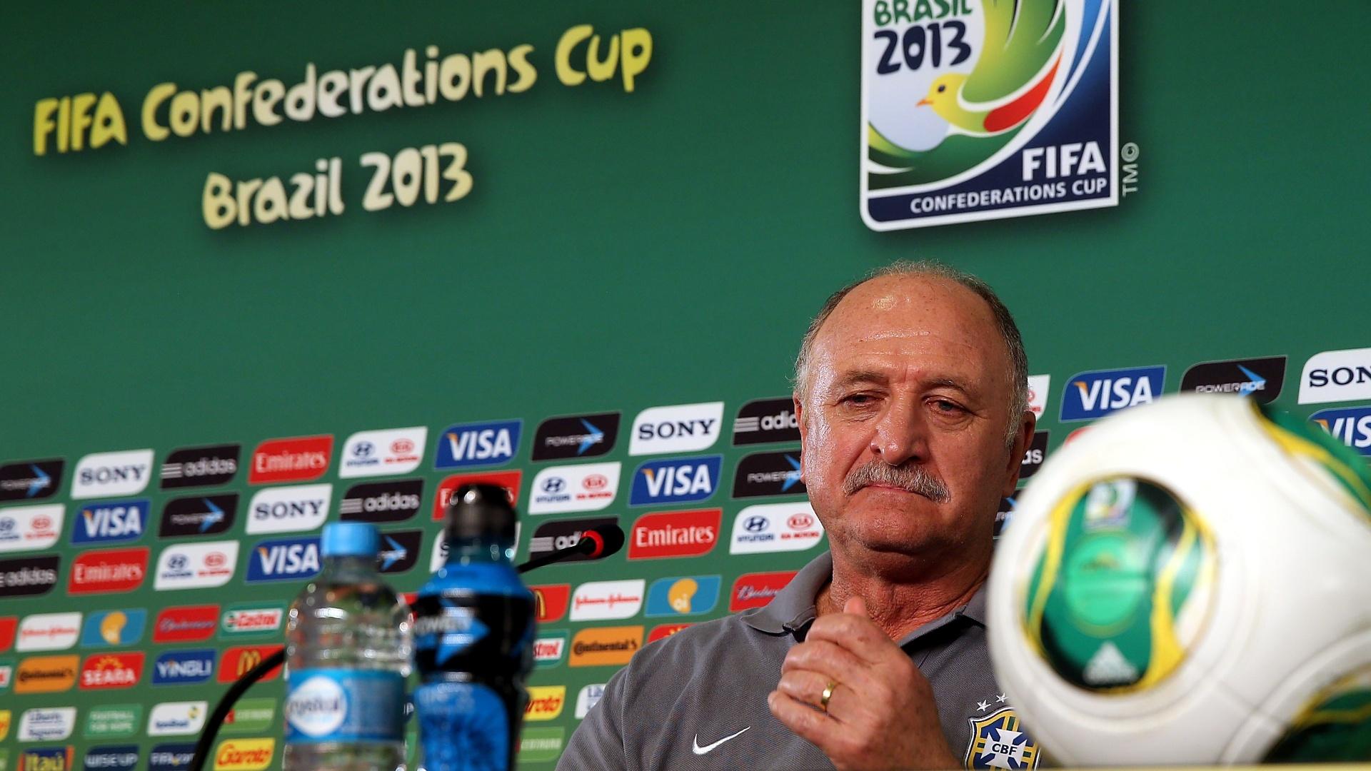18.jun.2013 - Técnico Luiz Felipe Scolari fala com a imprensa antes do treino da seleção brasileira nesta terça-feira