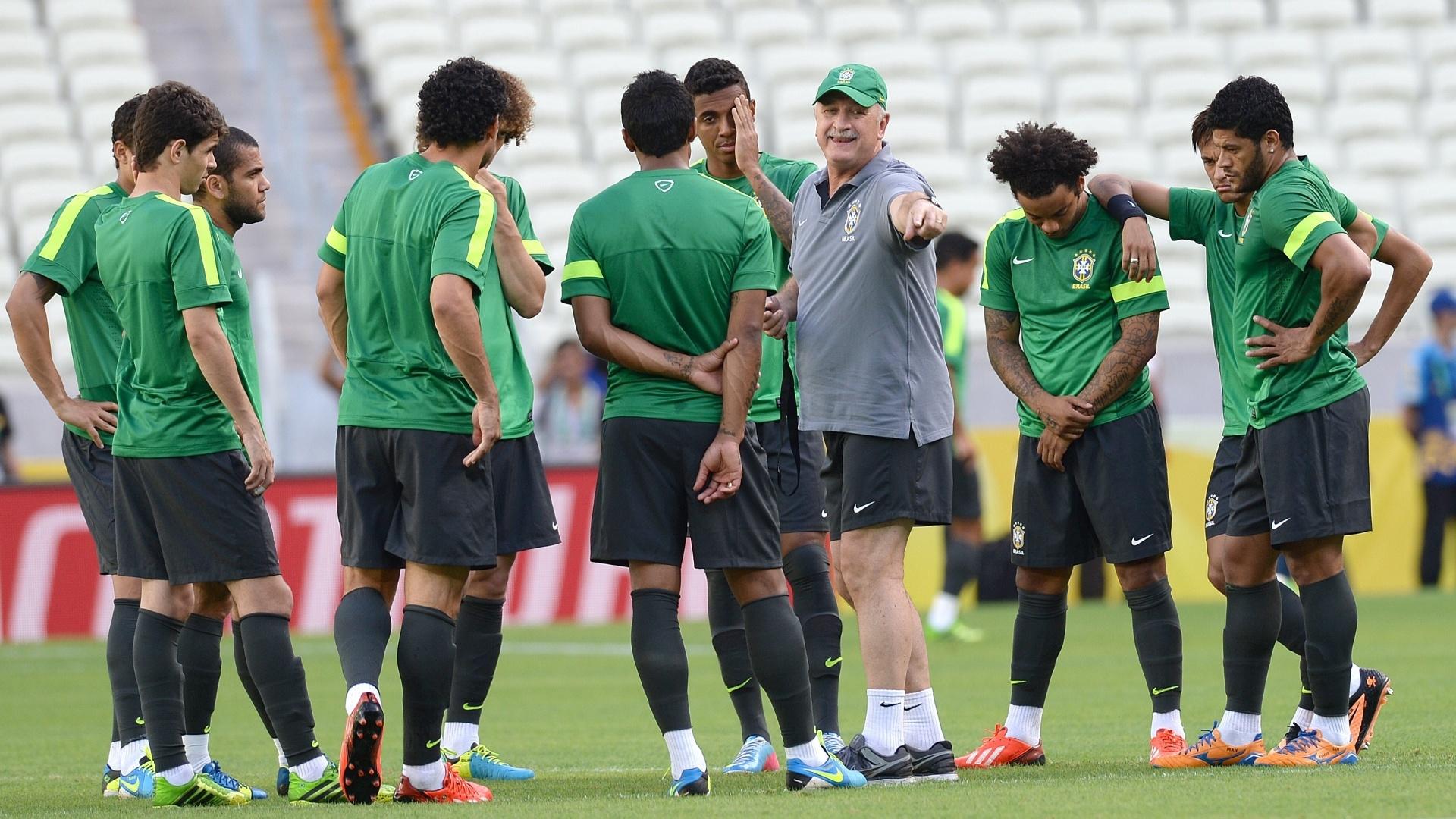 18.jun.2013 - Felipão conversa com os jogadores antes da atividade com bola