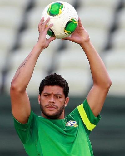 18.jun.2013 - Hulk participa de treino realizado pela seleção brasileira em Fortaleza