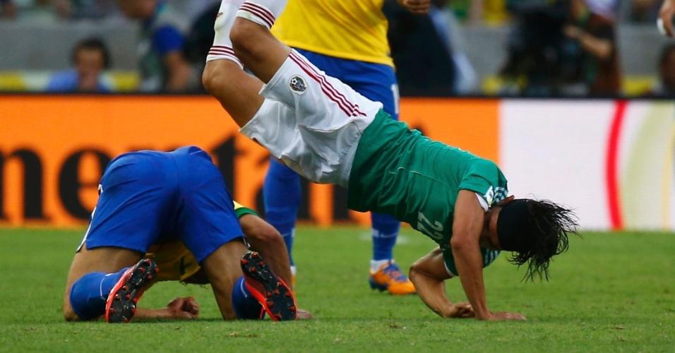 19.06.2013 - Fred e Gerardo se atracam durante partida entre Brasil e México na Copa das Confederações