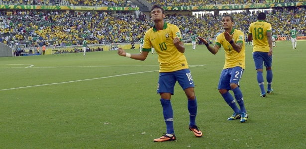 Neymar e Daniel Alves interagem com a torcida na comemoração do gol do Brasil