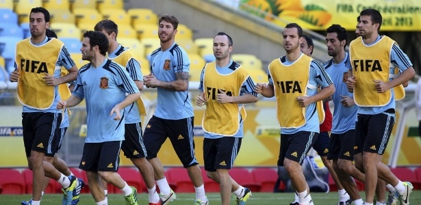 Jogadores da Espanha correm ao redor do gramado do Maracanã antes de partida com o Taiti