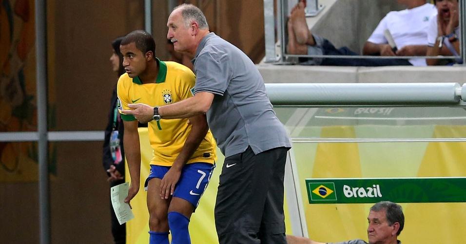 19.jun.2013 - Lucas ouve as instruções do técnico Luiz Felipe Scolari antes de entrar em campo na partida entre Brasil e México