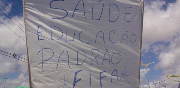 """Manifestantes pedem """"saúde e educação padrão Fifa"""" para o Brasil, em protesto em Fortaleza"""