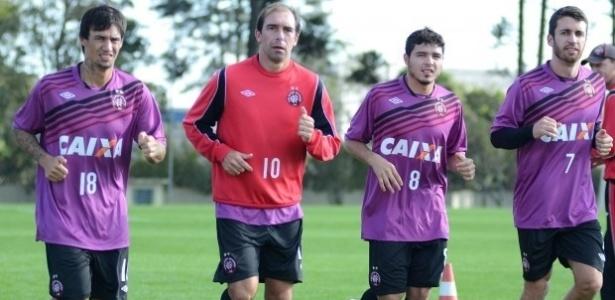 Meias João Paulo, Paulo Baier, Zezinho e Fran Mérida durante treino físico com o novo uniforme do Atlético-PR (18/06/2013)