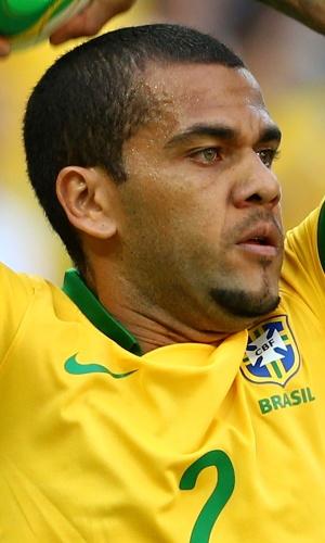 19.jun.2013 - Daniel Alves se prepara para cobrar arremesso lateral durante a vitória por 2 a 0 do Brasil sobre o México no Castelão pela Copa das Confederações