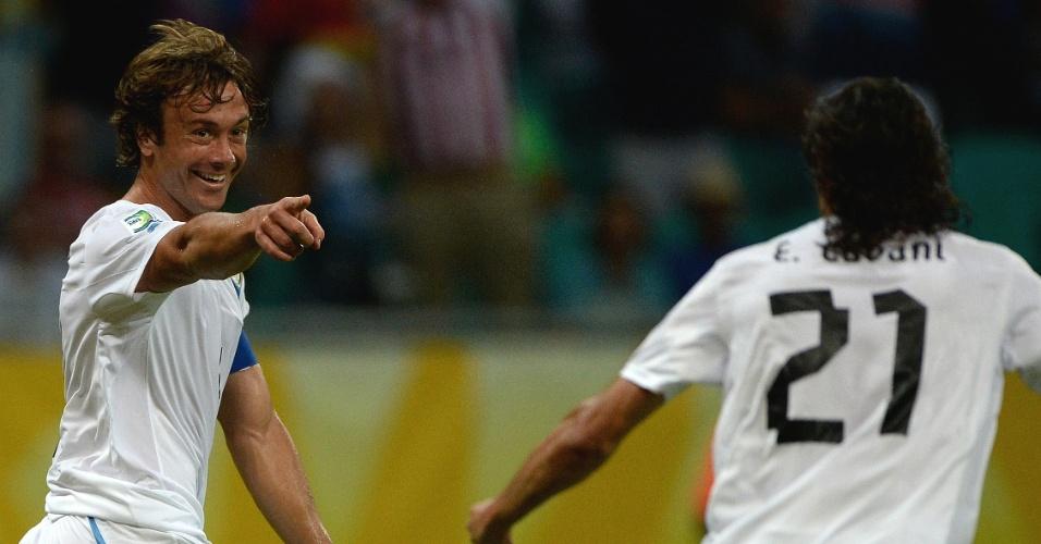 20.jun.2013 - Ao lado de Cavani, uruguaio Diego Lugano (e) comemora gol marcado contra a Nigéria