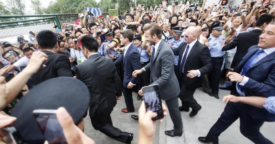 20.jun.2013 - David Beckham causa correria durante visita a cidade de Shangai, na China