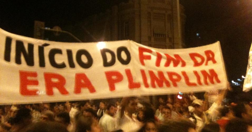 20.jun.2013 - Manifestantes carregam faixas contra a imprensa durante protesto em Belo Horizonte