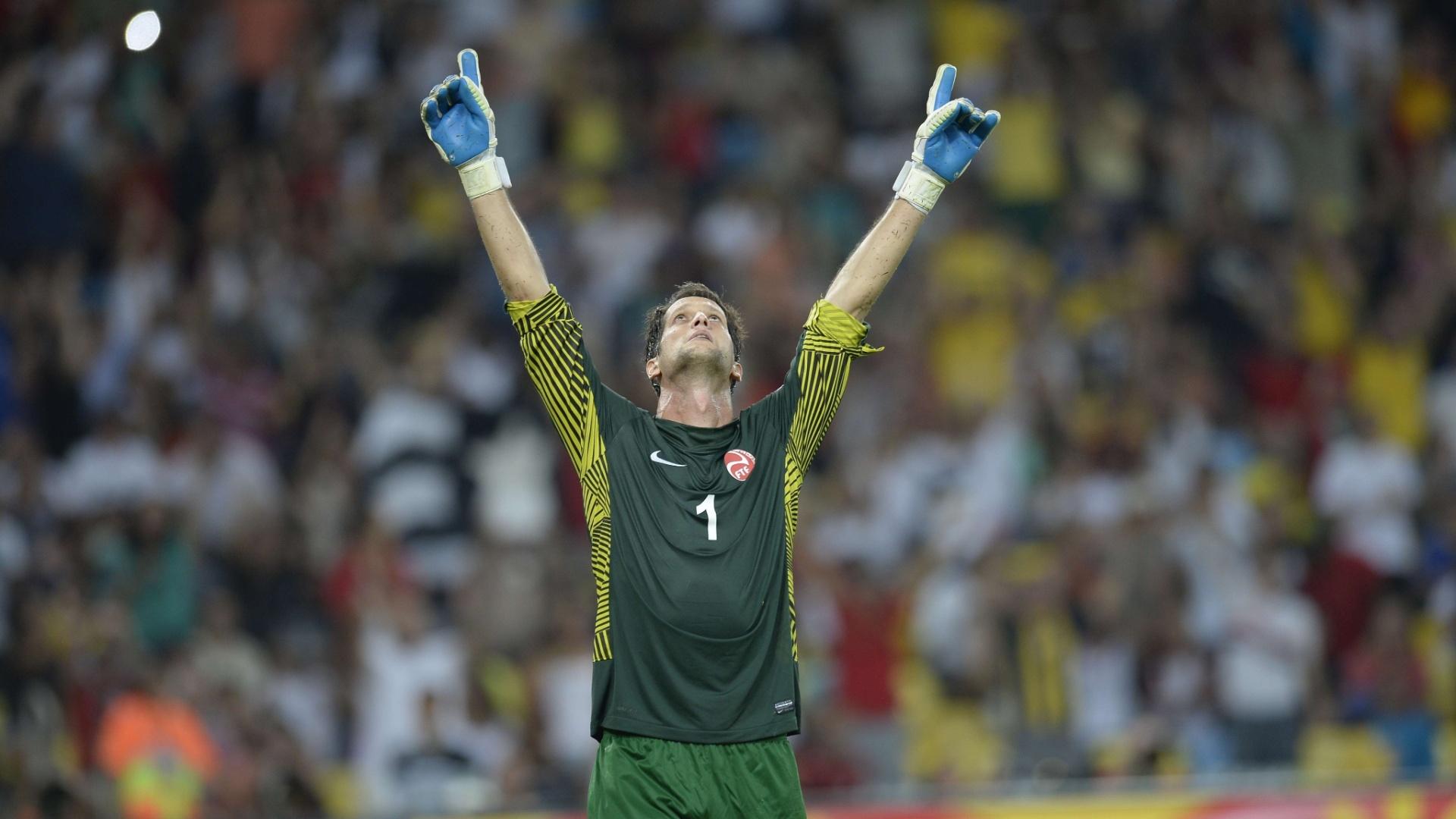 20.junho.2013 - Goleiro Mikael Roche, do Taiti, comemora após Fernando Torres desperdiçar pênalti