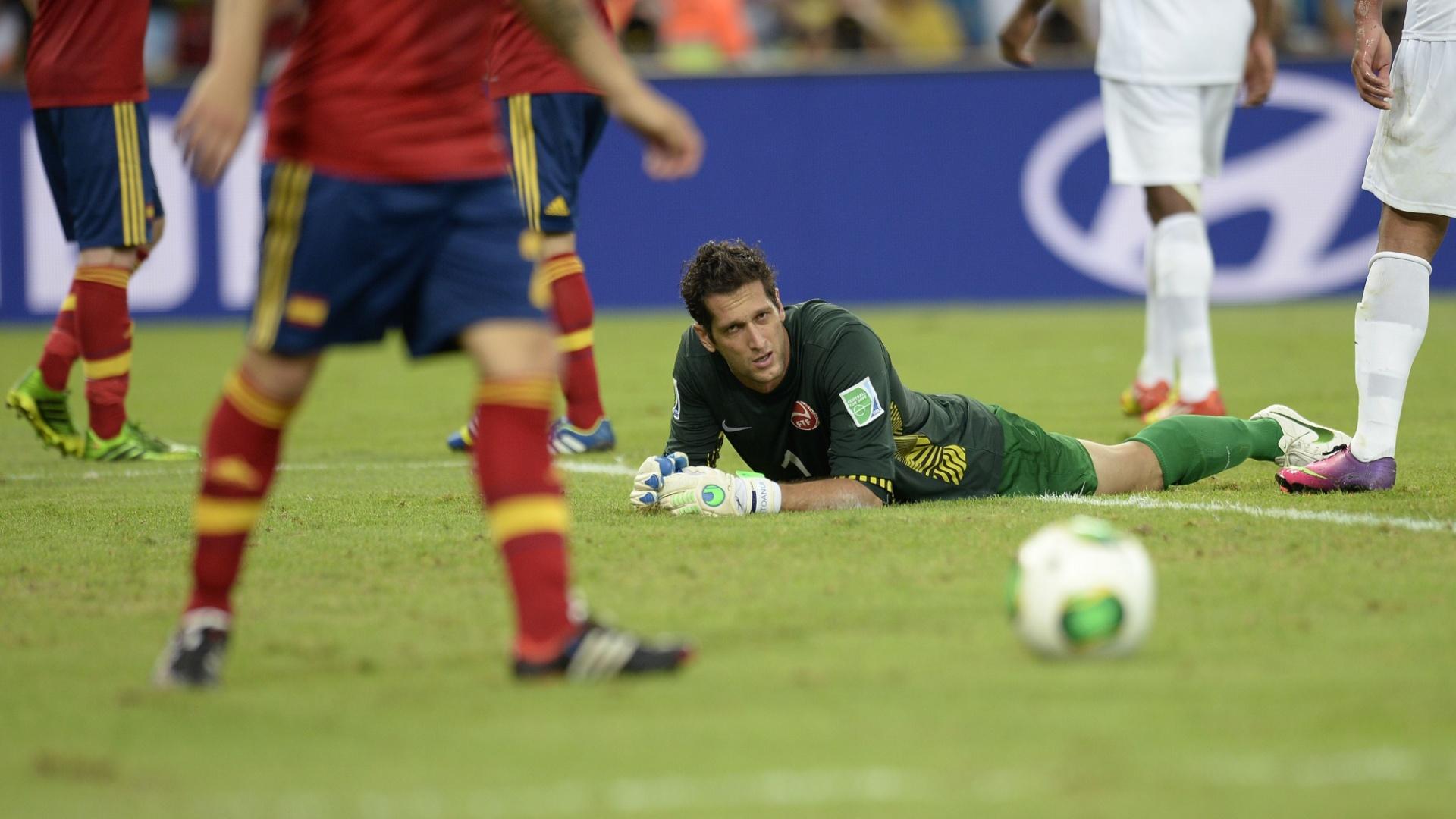 20.junho.2013 - Goleiro Mikael Roche, do Taiti, desolado após mais um gol da Espanha