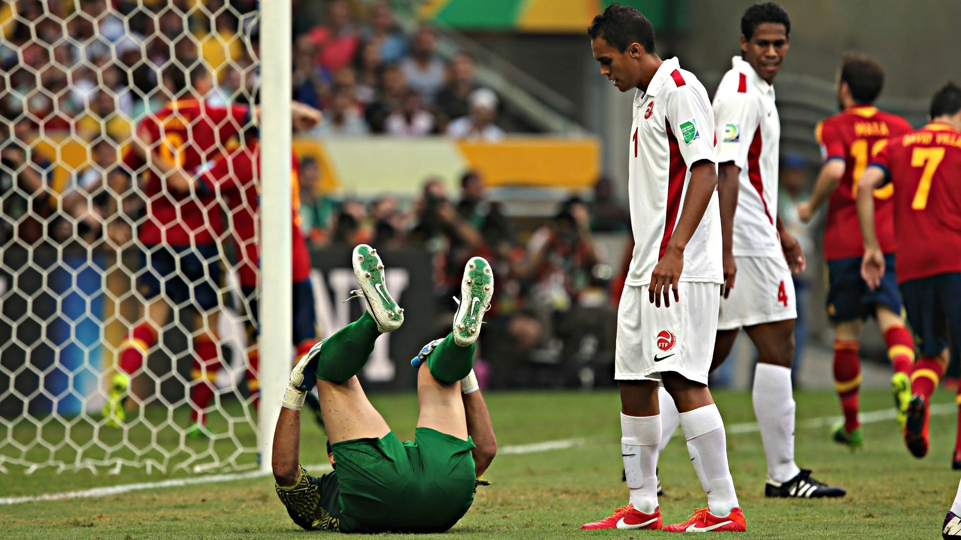 20.junho.2013 - Jogador do Taiti observa goleiro caído