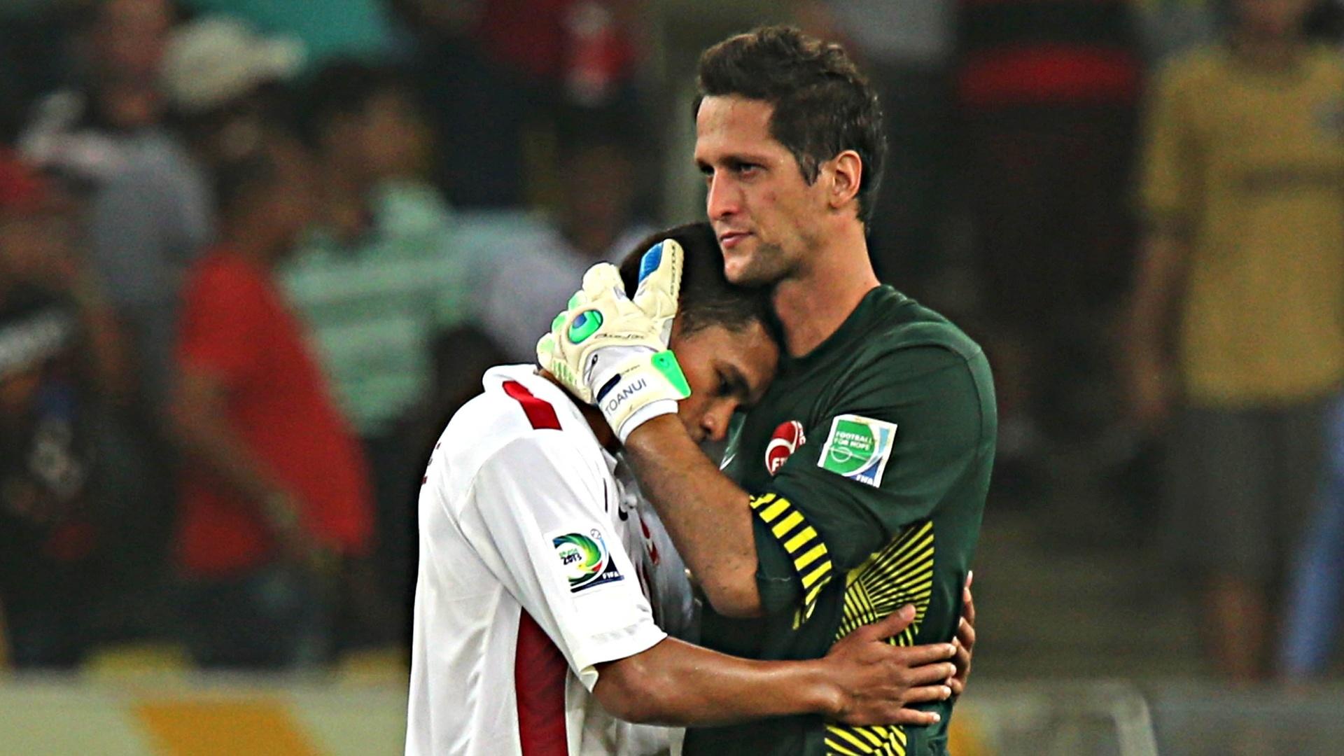 20.junho.2013 - Jogadores do Taiti se consolam após derrota para a Espanha