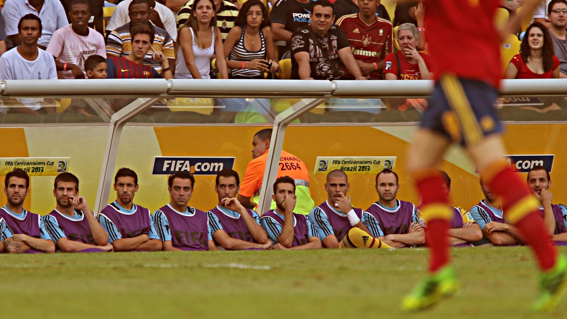 20.junho.2013 - Jogadores observam partida do banco de reservas