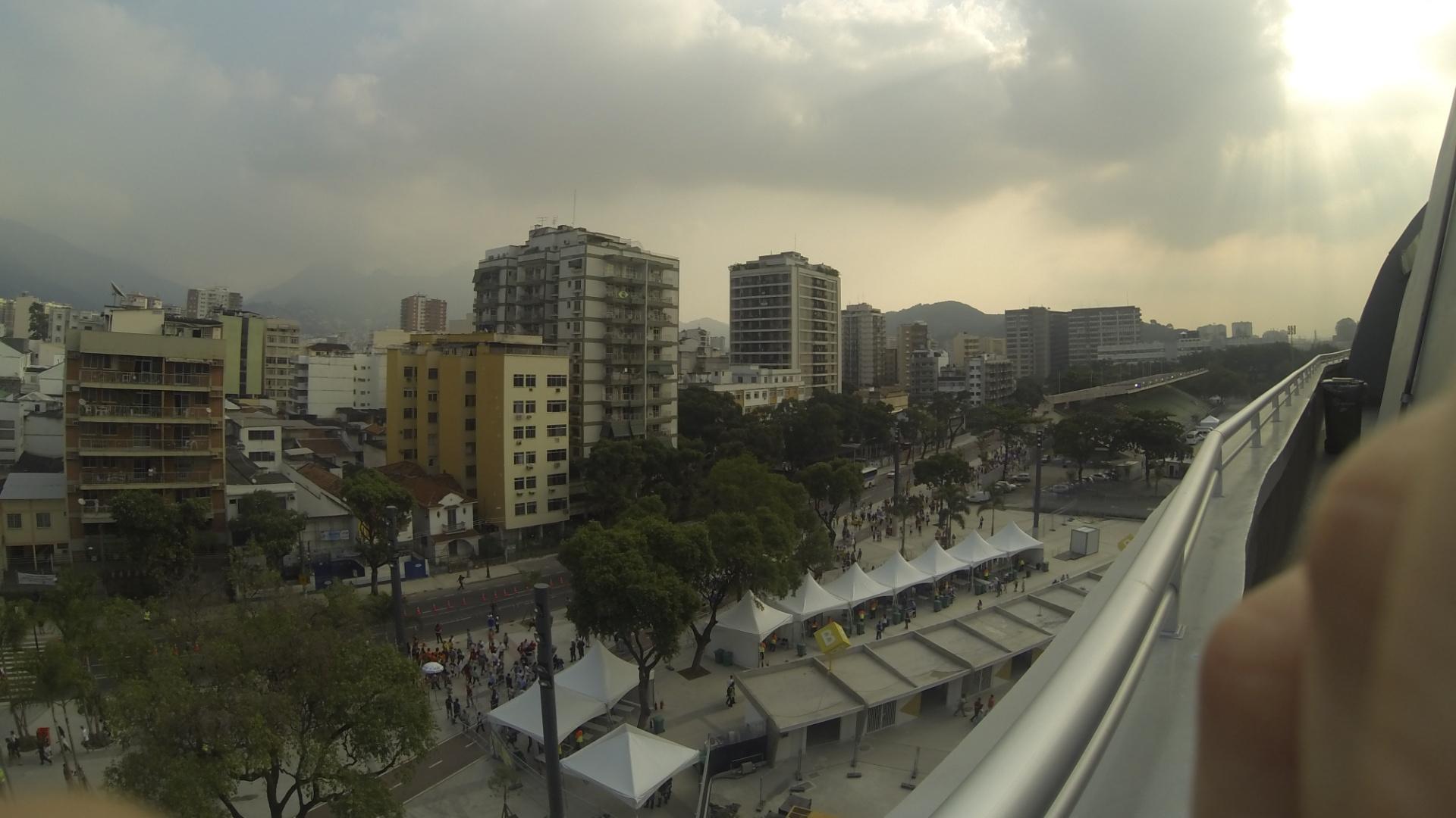 20.junho.2013 - Lado de fora do Maracanã visto do alto