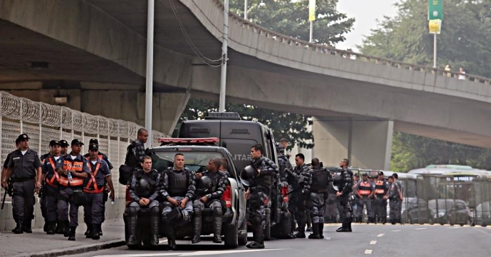 20.junho.2013 - Polícia reforça a segurança no entorno do maracanã para receber os torcedores de Espanha x Taiti