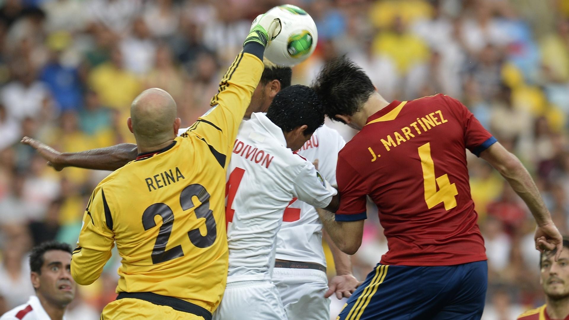 20.junho.2013 - Reina, goleiro da Espanha, soca a bola para tirá-la da cabeça de jogador do Taiti