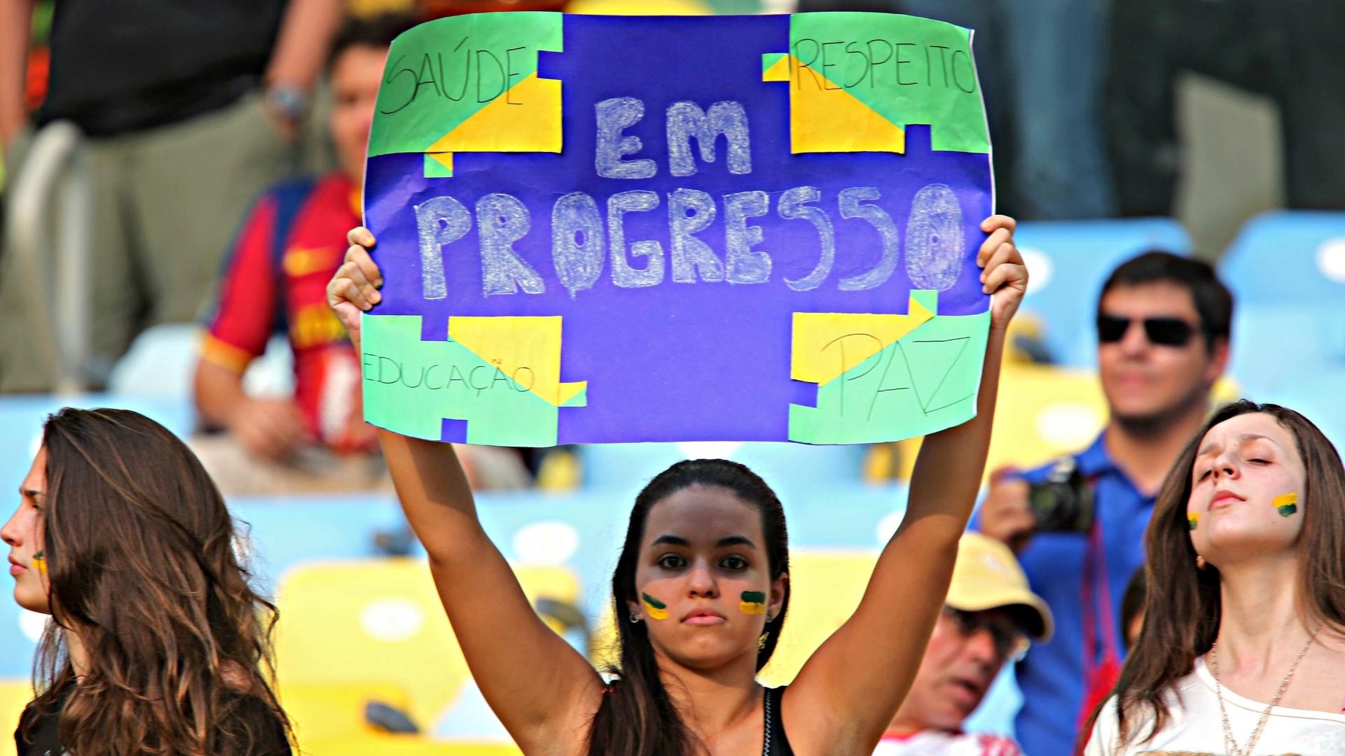 20.junho.2013 - Torcedores protestam nas arquibancadas do Maracanã