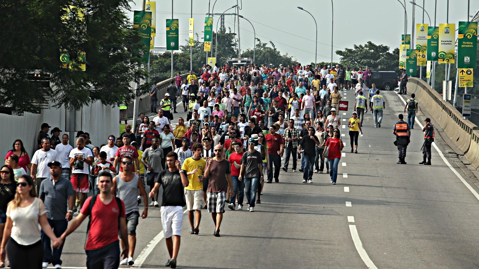 20.junho.2013 - Torcida começa a chegar ao Maracanã para acompanhar a partida entre Espanha e Taiti