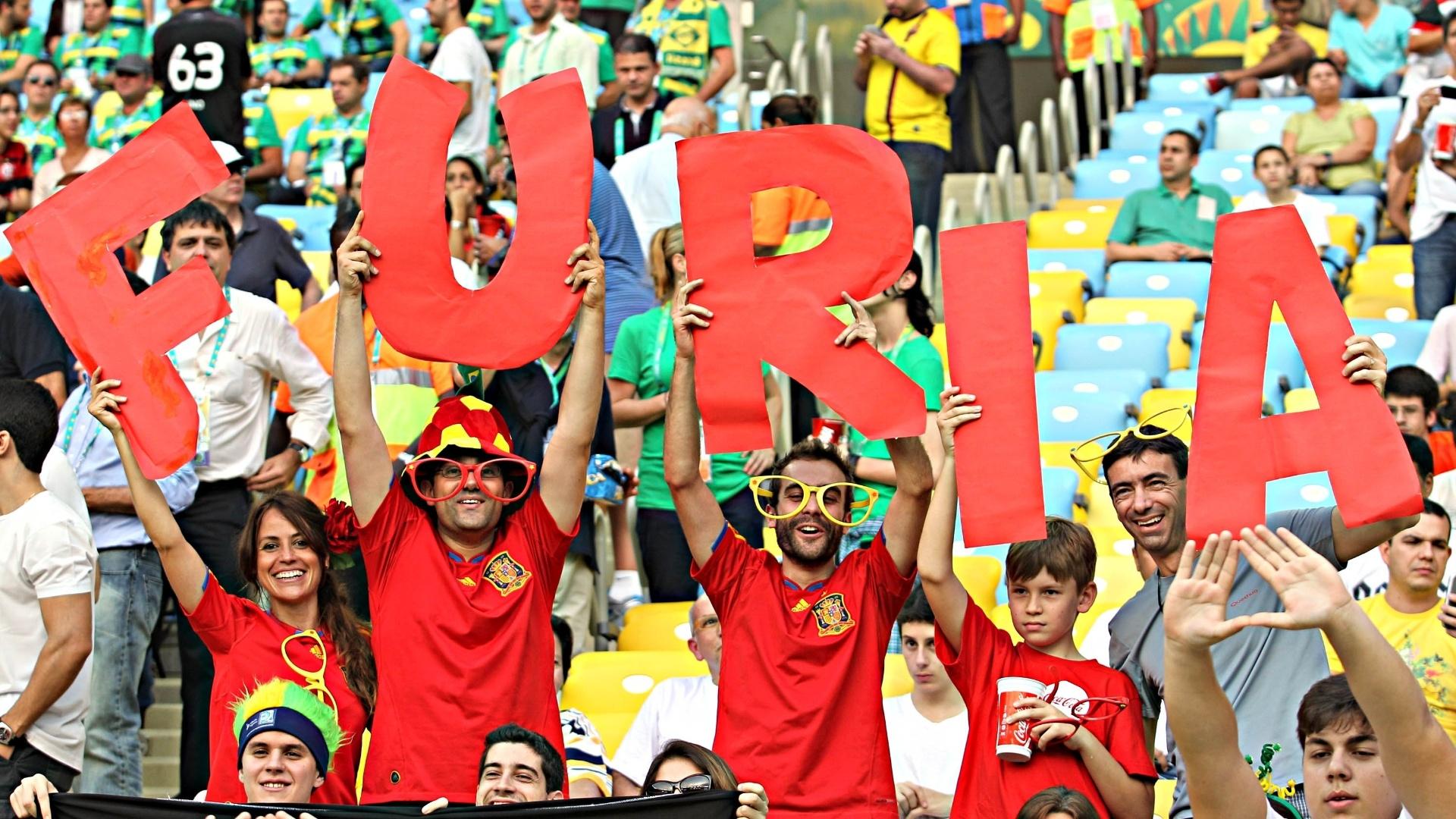 20.junho.2013 - Torcida da Espanha faz a festa no Maracanã