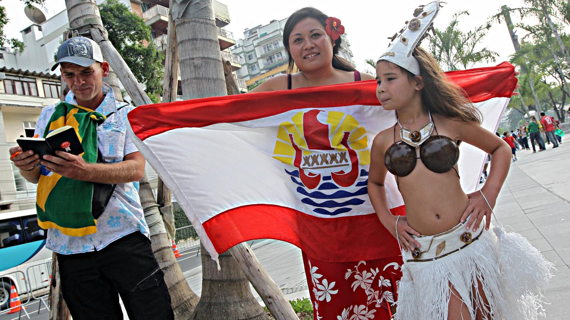 20.junho.2013 - Vestidas a caráter, mãe e filha chegam ao Maracanã para torcer pelo Taiti contra a Espanha