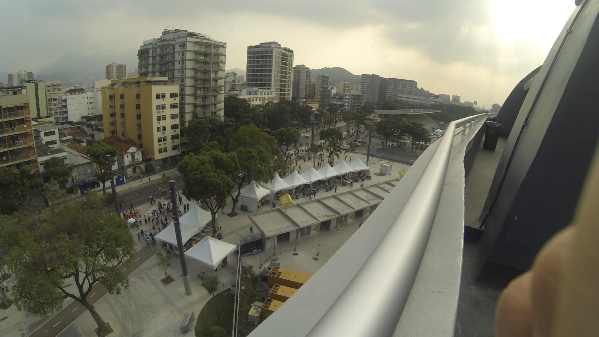 20.junho.2013 -Lado de fora do Maracanã visto do alto