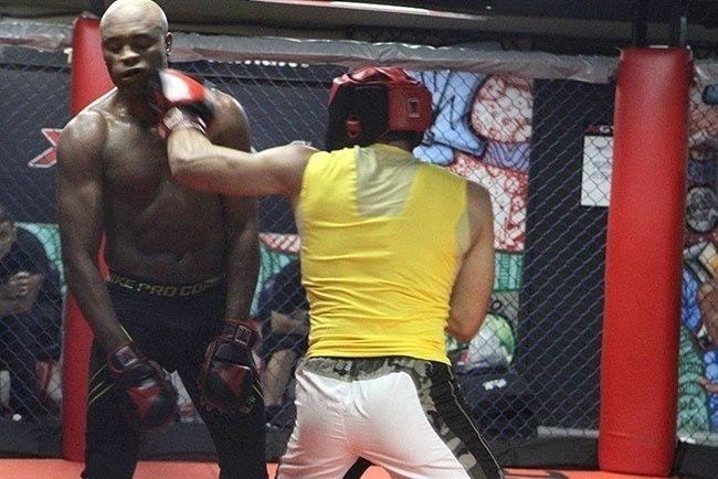 Anderson Silva leva golpe em sessão de sparring antes do UFC 162
