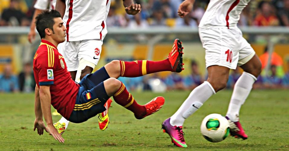 David Villa leva tombo ao tentar jogada na partida Espanha x Taiti