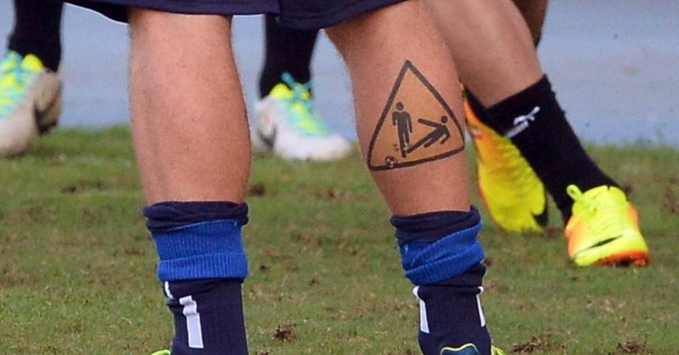 14.jun.2013 - De Rossi mostra sua tatuagem de