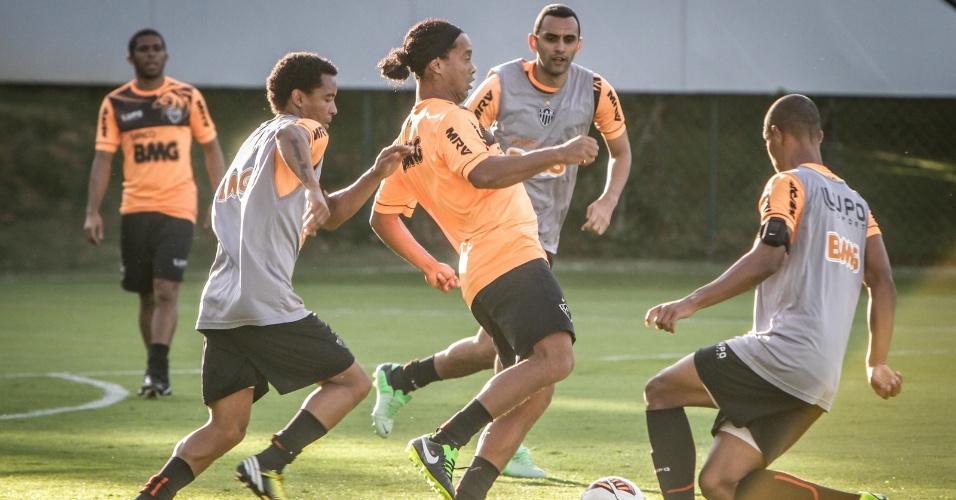 21 jun 2013 - Ronaldinho Gaúcho participa do 1º treino do Atlético-MG após o período de folga