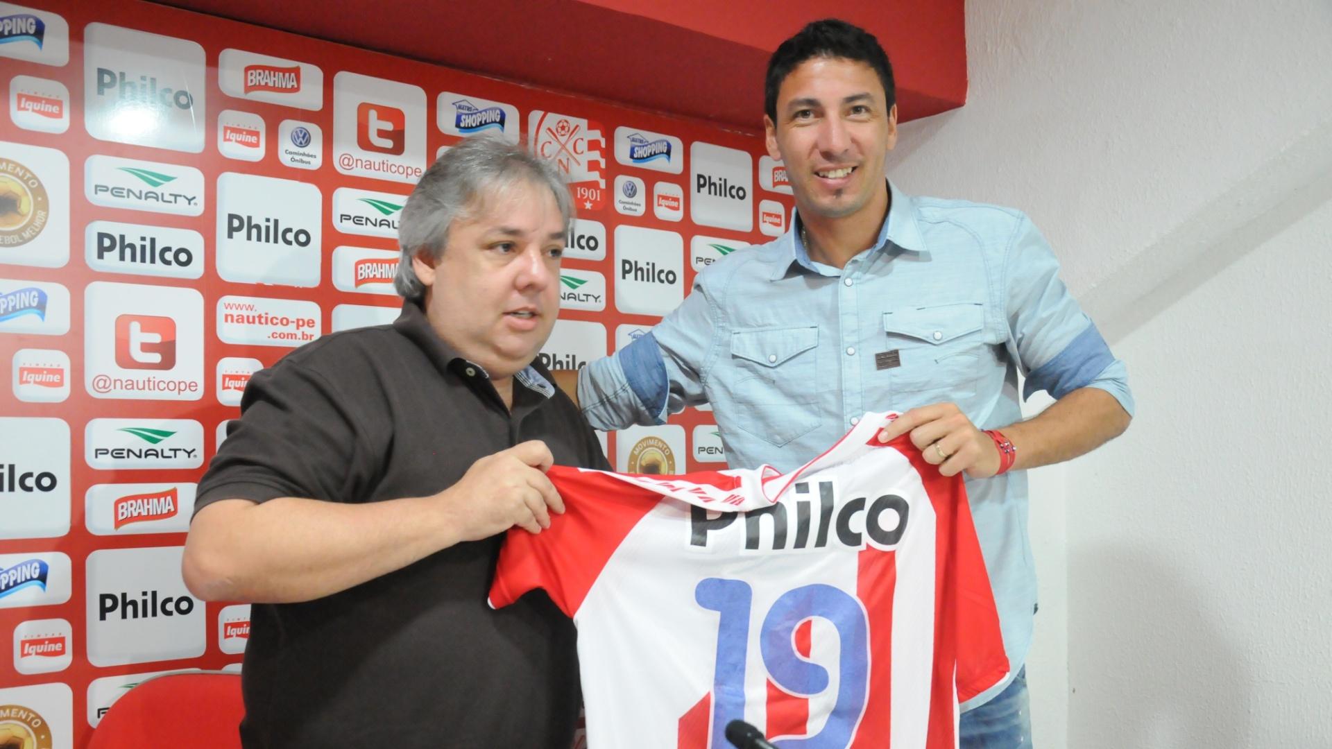 Juan Olivera posa com a camisa 19 do Náutico ao lado de um dirigente do clube