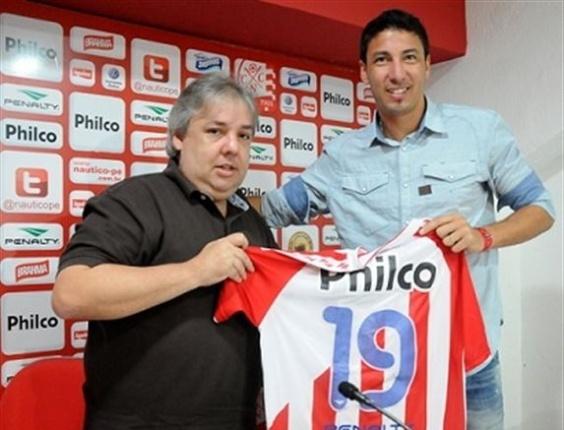 Juan Olivera recebe a camisa do Náutico das mãos de um dirigente do clube