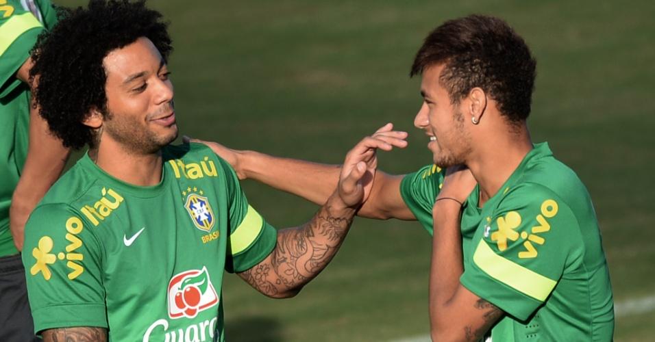 21.jun.2013 - Marcelo e Neymar brincam durante treino da seleção brasileira em Salvador